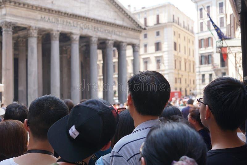 参观万神殿的游人在罗马 免版税库存照片