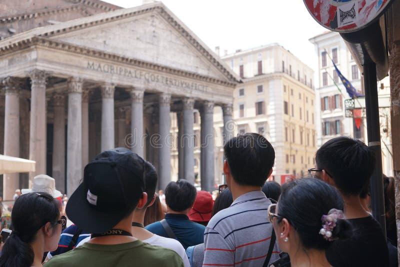 参观万神殿的游人在罗马 免版税库存图片
