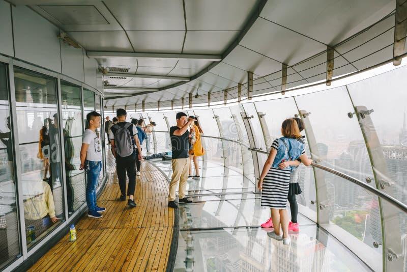 参观东方珍珠的游人在上海,中国耸立 库存照片