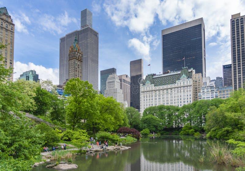 参观中央公园的人们在纽约 库存照片