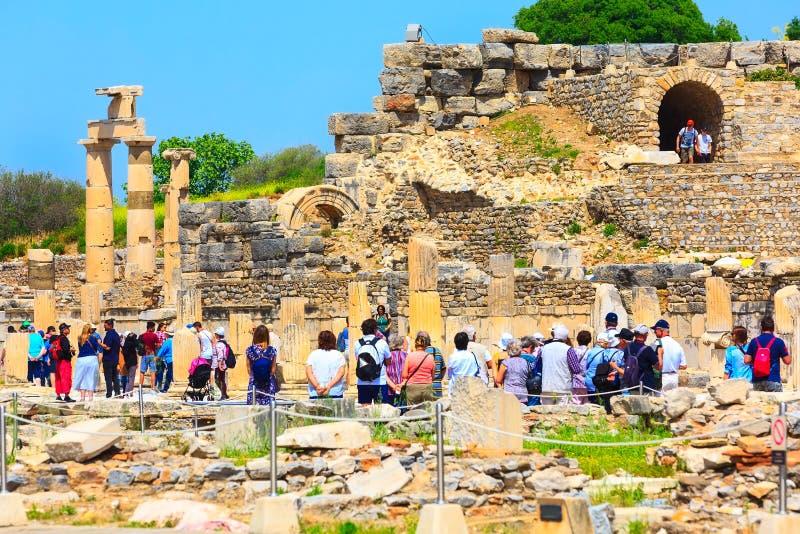 参观以弗所,土耳其的老废墟人们 库存图片