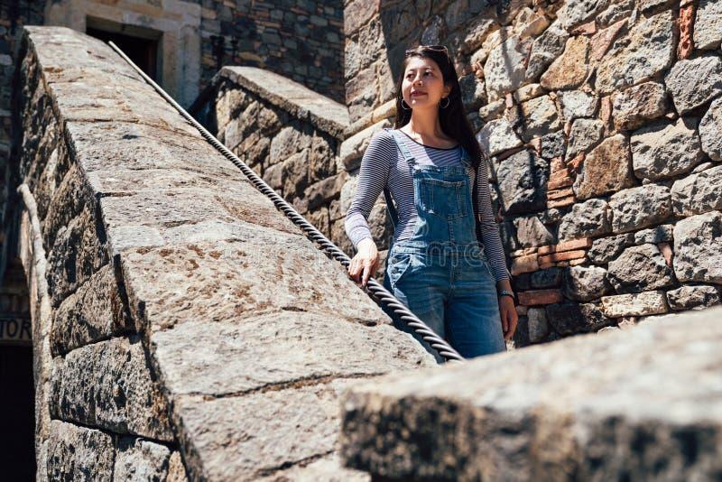 参观古老宫殿的旅游步行石头台阶 免版税图库摄影