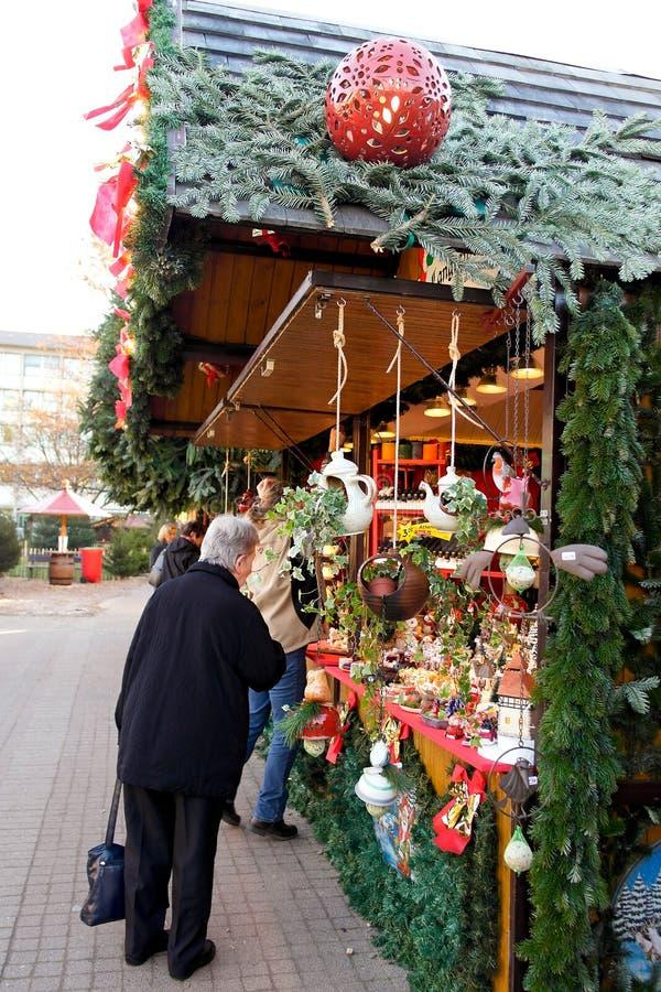 参观圣诞节市场的人们在卡尔斯鲁厄 免版税库存照片