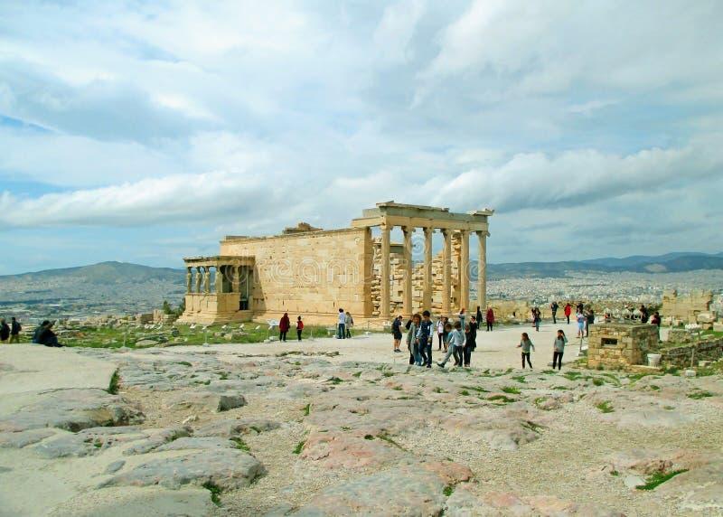 参观在上城,雅典,希腊小山顶的大人厄瑞克忒翁神庙古希腊寺庙  免版税库存图片
