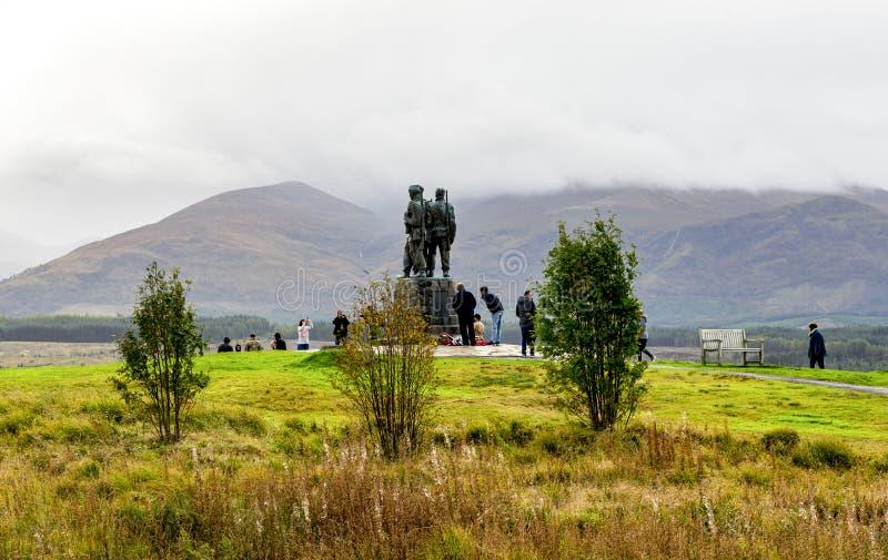 参观在多云天气的游人特攻队纪念纪念碑在Spean桥梁村庄,Lochaber,苏格兰高地附近 库存照片