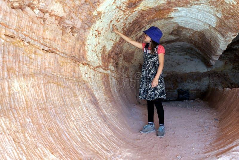 参观在Coober Pedy南澳大利亚的澳大利亚女孩 库存照片