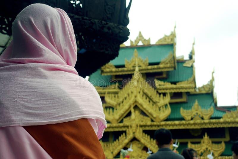参观塔的一名佛教妇女 免版税库存照片