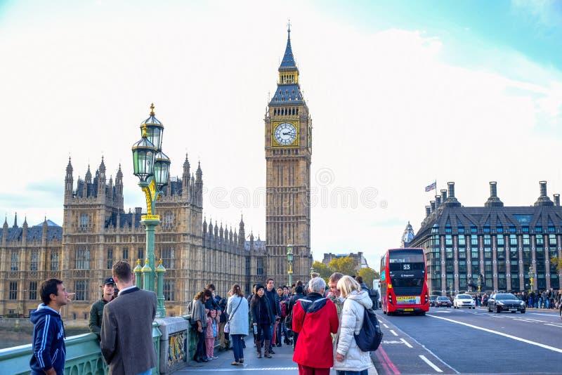 参观大本钟和威斯敏斯特桥梁的游人在伦敦,英国 库存照片