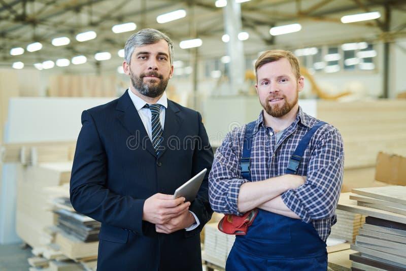 参观工厂设备的商人 免版税库存照片