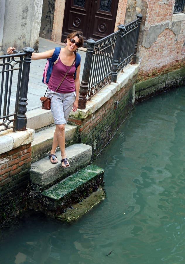 参观市台阶的威尼斯的美丽的妇女游人 库存图片