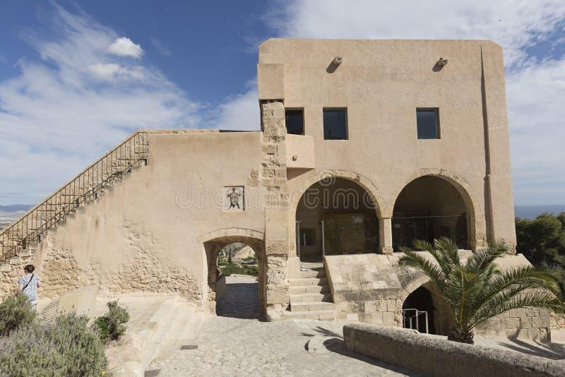 参观市的圣塔巴巴拉城堡的游人Alican 免版税图库摄影