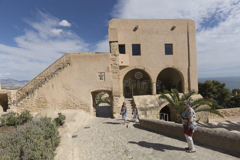 参观市的圣塔巴巴拉城堡的游人Alican 库存照片