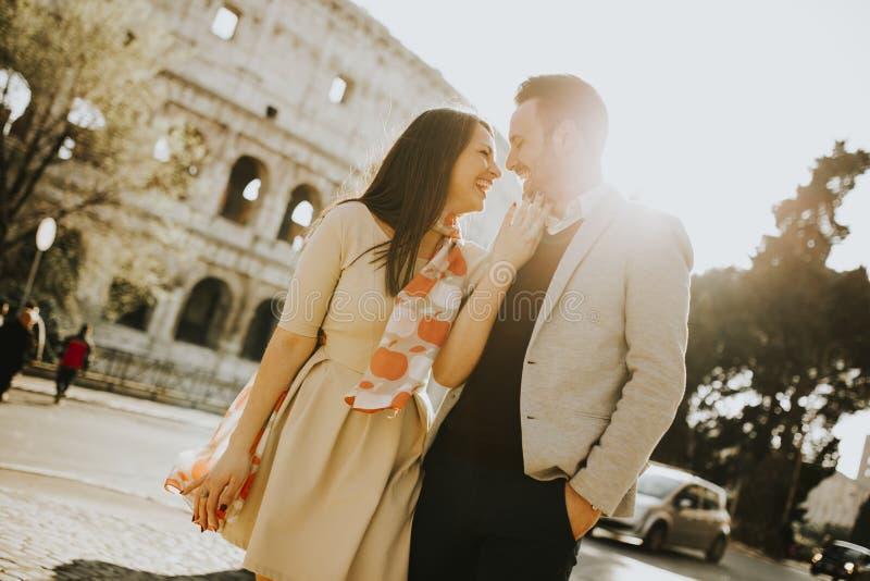 参观意大利著名地标的爱恋的夫妇在罗马 库存图片