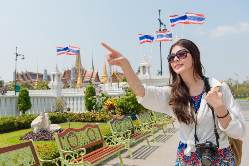 参观曼谷盛大宫殿的年轻旅客妇女 图库摄影