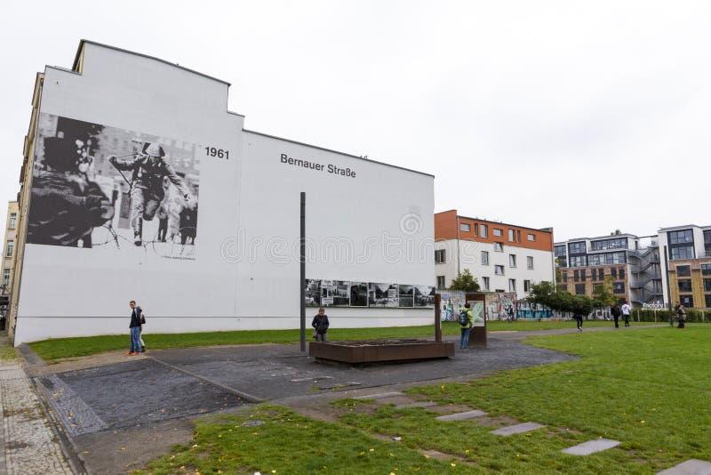 参观柏林墙的被安排的遗骸的游人 库存照片