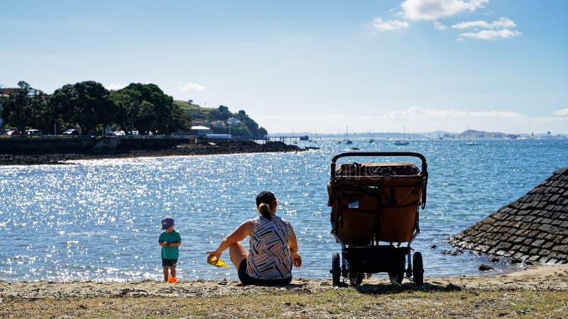 参观海边的母亲和孩子在德文港,奥克兰,新西兰 免版税库存照片