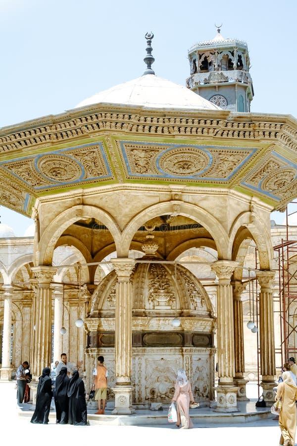 参观清真寺穆罕默德・阿里的庭院sahn的人们 开罗 埃及 免版税库存照片