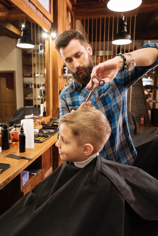 参观理发店的好逗人喜爱的男孩 免版税库存图片