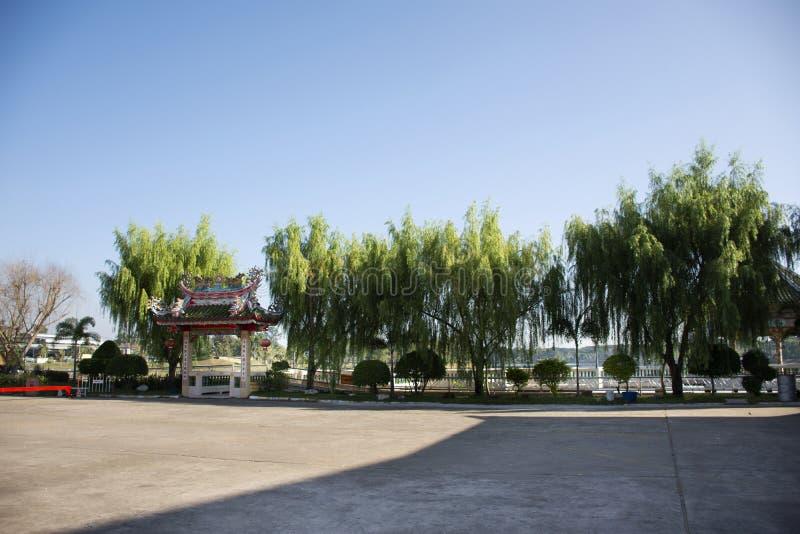 参观的圣晁Pu Ya中国寺庙或曾祖父和祖母祖先寺庙和祈祷在乌隆他尼,泰国 免版税库存照片