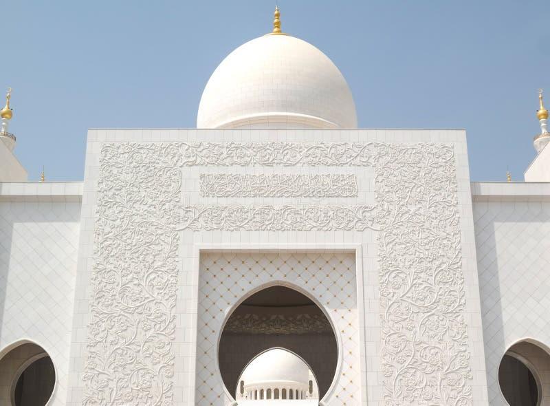 参观盛大清真寺在阿布扎比 美好的晴天 免版税库存图片
