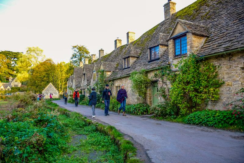 参观石村庄的游人在拜伯里村庄叫阿灵顿行在Cotswold,格洛斯特郡,英国,英国 免版税库存图片