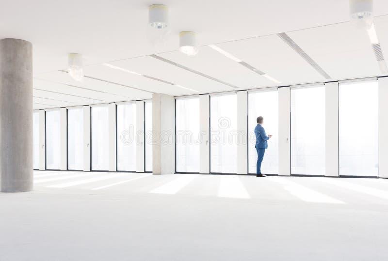 参观空的办公室空间的成熟商人 库存图片