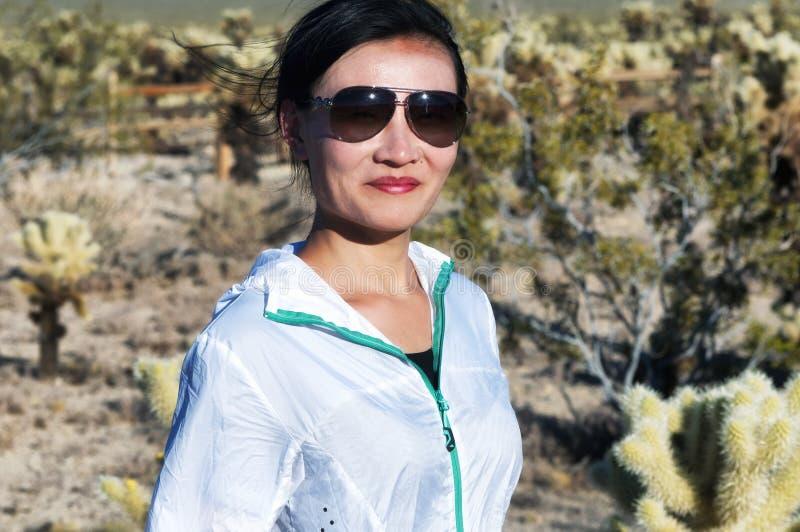 参观约书亚树国家公园的中国妇女 库存图片