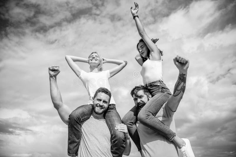 参观著名节日在假期时 摇滚音乐节日 o 跳舞的夫妇 有的朋友乐趣夏天 免版税库存图片