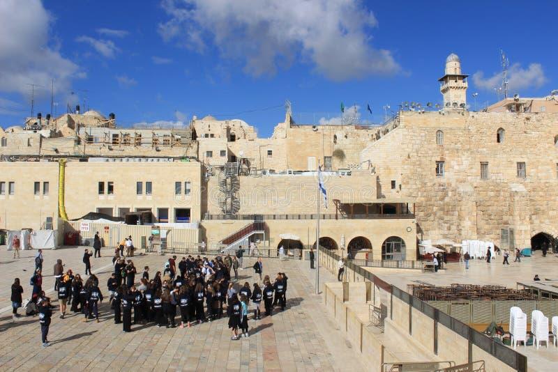 参观西部墙壁的以色列学校课程在耶路撒冷 免版税库存照片