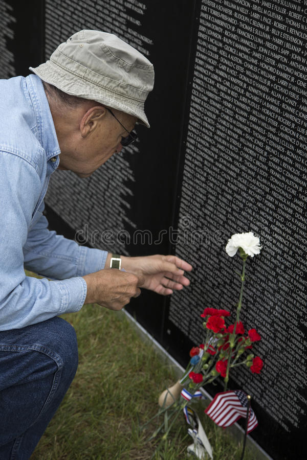 参观越南纪念品墙壁的越南退伍军人 库存图片