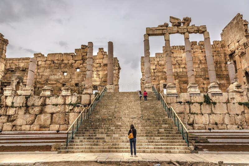 参观Balbek的罗马废墟游人在黎巴嫩,联合国科教文组织Heritate站点内部 免版税库存图片