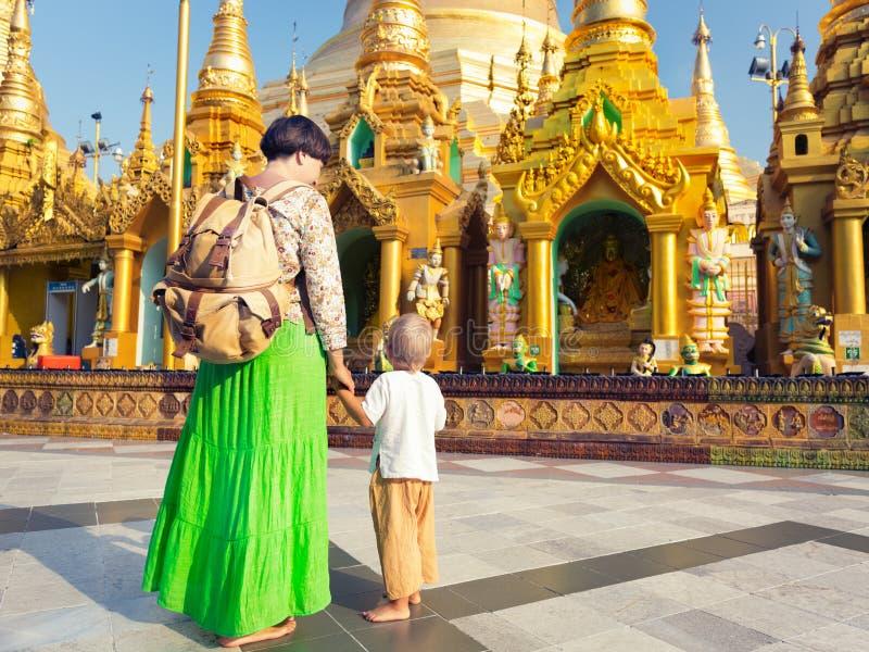 参观Shwedagon塔的游人在仰光 缅甸 免版税库存照片