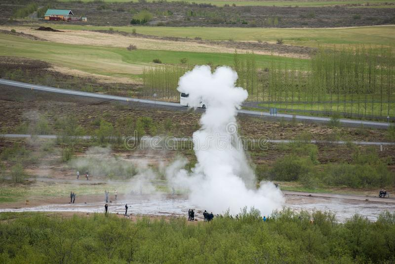 参观Strokkur喷泉的游人在冰岛 免版税库存图片