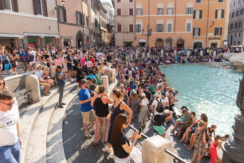 参观Trevi喷泉的游人在罗马 免版税库存图片