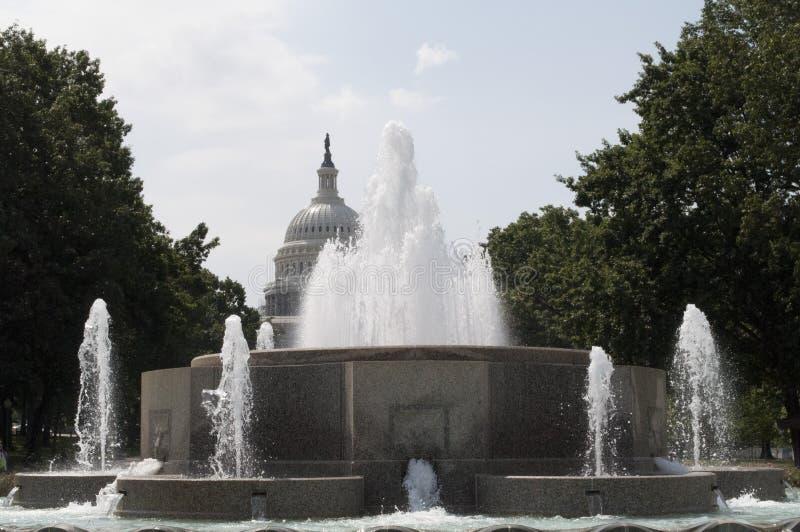 参议院喷泉和美国资本大厦 免版税库存图片