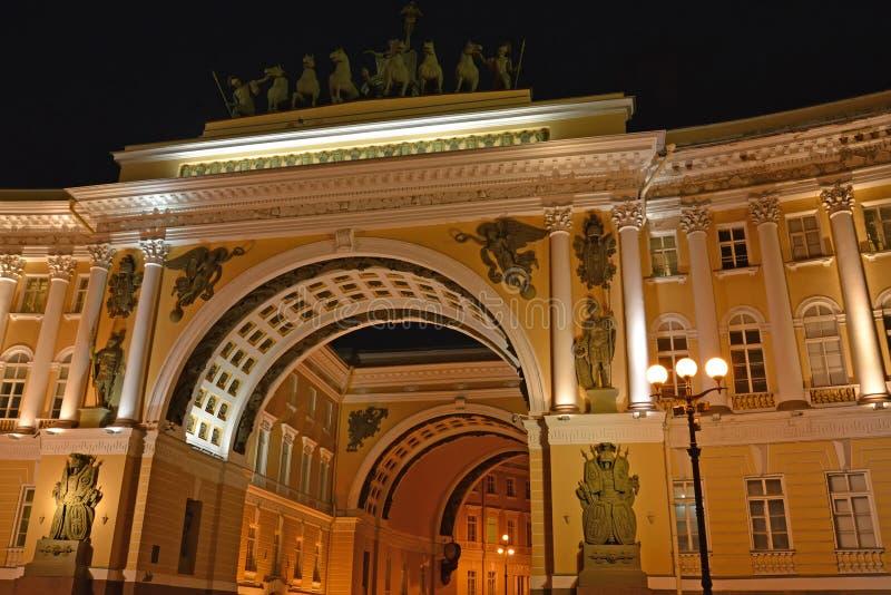 总参谋部大厦的曲拱在晚上 圣彼德堡 库存图片