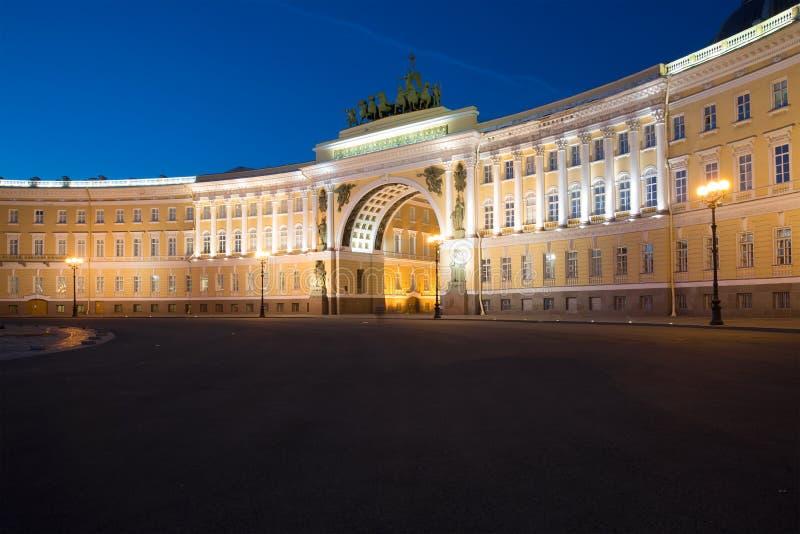 总参谋部大厦的曲拱的看法7月夜 彼得斯堡圣徒 库存图片