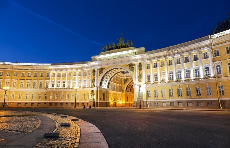 总参谋部的大厦在夜 免版税库存照片