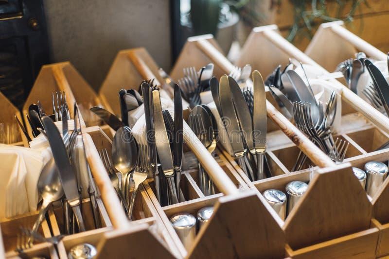 叉子、刀子和匙子在内部的餐馆 免版税库存图片