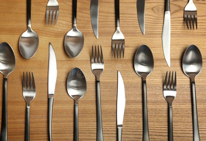 叉子、刀子和匙子在木桌上 图库摄影