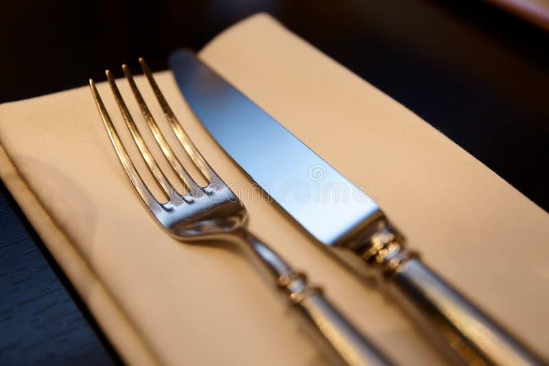 叉子、刀子和餐巾在餐馆桌上 库存图片