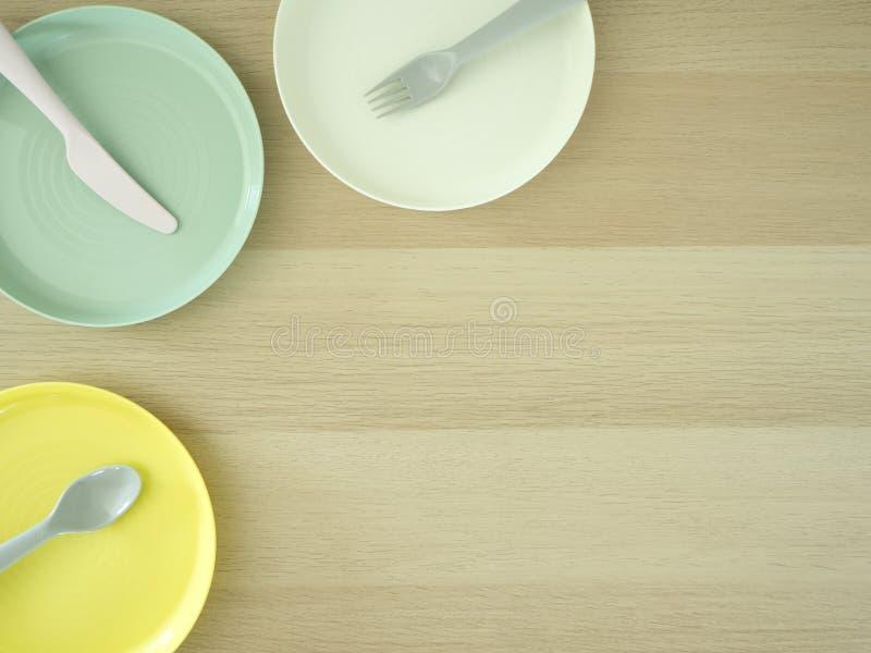叉子刀子匙子五颜六色在木 免版税库存图片