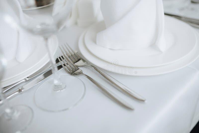 叉子和利器的特写镜头图象在庆祝的餐馆 免版税图库摄影