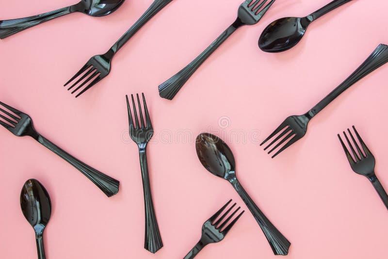 叉子和匙子在桃红色背景 r 免版税库存照片