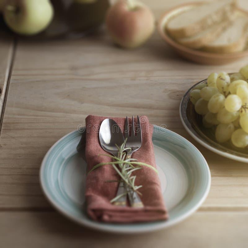 叉子和匙子在餐巾,与迷迭香的枝杈 背景土气木 食物教育 健康的食物 复制空间 免版税库存照片