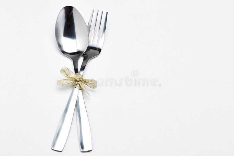 叉子和匙子有丝带的 免版税库存照片