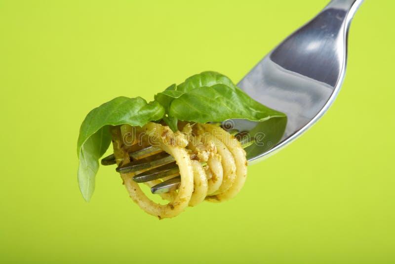 叉子巴马干酪意大利面食pesto sause 库存图片