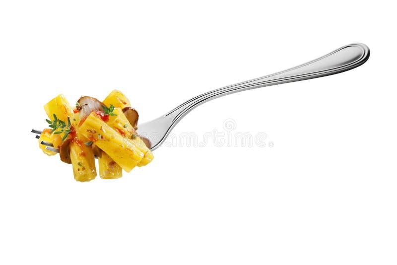叉子用maccheroni面团蘑菇蕃茄和芳香草本 免版税库存照片