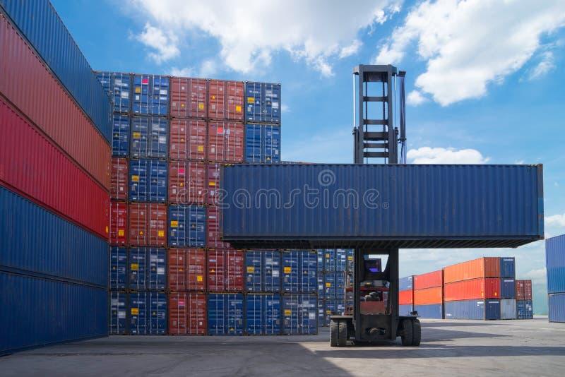 叉架起货车举的货箱在运输的庭院或船坞围场反对日出天空运输进口的 免版税库存图片