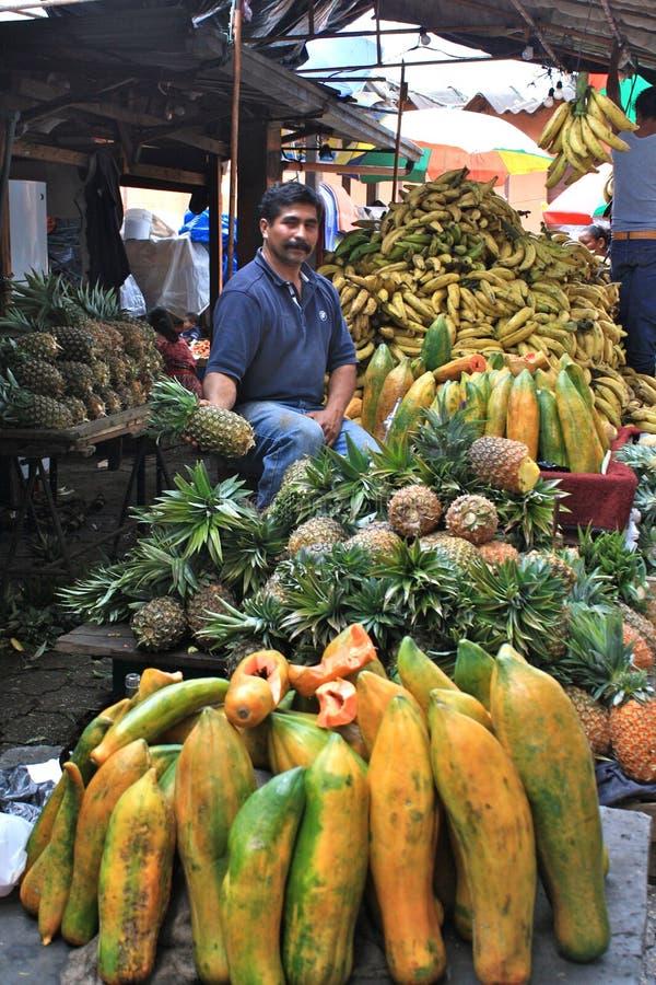 友好危地马拉市场菠萝卖主 免版税库存图片